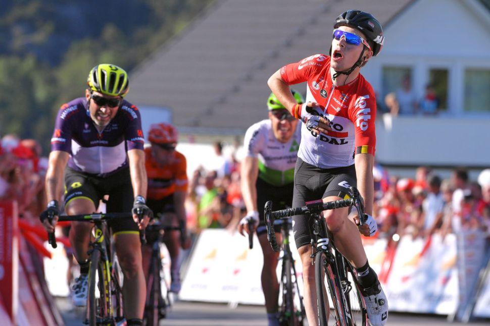 La placca che commemora la vittoria della tappa del Tour des Fjords di Lambrecht svelata in Norvegia